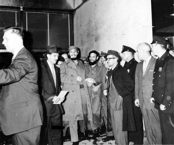 Fidel llega a las 1130 de la noche (20-9-60) al hotel Theresa en Harlem, luego de ser recibido por Dag Hammarskjold, secretario general de la ONU. Foto: Prensa Latina