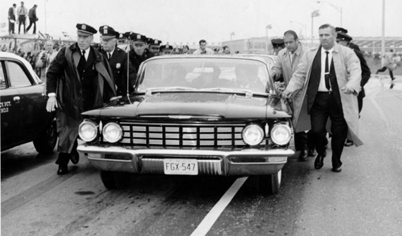 Policías y agentes de seguridad rodean el automóvil que conduce a Fidel Castro a la salida del aeropuerto internacional Idlewild, en Nueva York (hoy John F. Kennedy). Foto: Prensa Latina