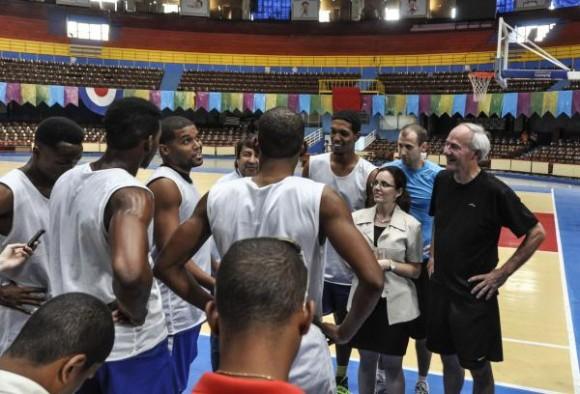 Asa Hutchinson (D) , gobernador de Arkansas durante un juego amistoso con el equipo Capitalinos de baloncesto, en el Coliseo de la Ciudad Deportiva en La Habana, el 29 de septiembre de 2015. AIN FOTO/Marcelino VAZQUEZ HERNANDEZ/rrcc