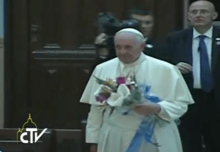 Papa con flores a la caridad