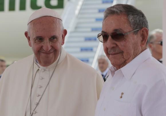 Raúl despide al Papa Francisco en el Aeropuerto de Santiago de Cuba. Foto: Ismael Francisco / Cubadebate