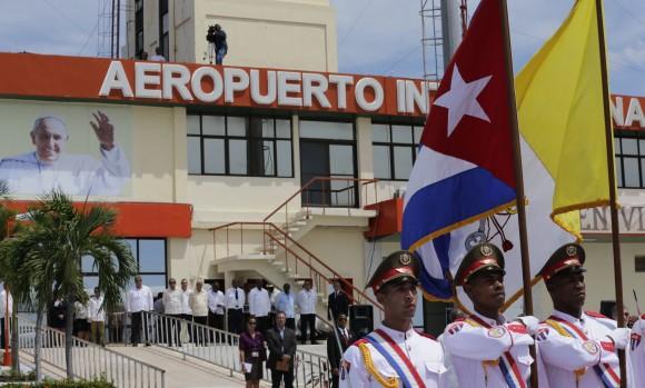 """Ceremonia de Despedida del Papa Francisco en el Aeropuerto Internacional """"Antonio Maceo"""" de Santiago de Cuba, 22 de septiembre de 2015. Foto: Ismael Francisco / Cubadebate"""