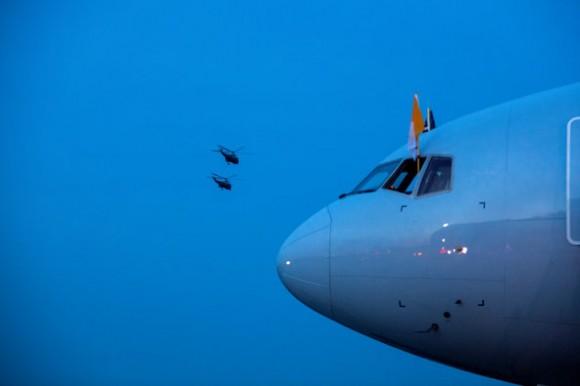 Los helicópteros frente al avión de American Airlines, donde viaja el Papa en el tramo de Estados Unidos a Italia. Foto: AP