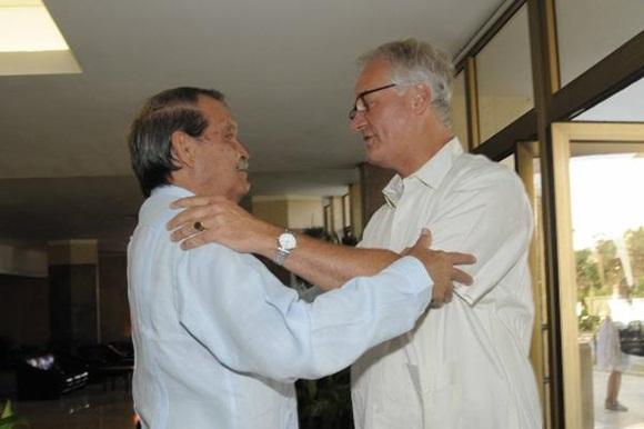 Abelardo Moreno (I), Vicecanciller cubano, y Christian Leffler (D), director ejecutivo para las Américas del Servicio Europeo de Acción Exterior, se saludan durante la quinta ronda de negociaciones, para avanzar en la búsqueda de un Acuerdo de Diálogo Político y de Cooperación, en la sede del Ministerio de Relaciones Exteriores (MINREX), en La Habana, Cuba, el 9 de septiembre de 2015. AIN FOTO/ Roberto MOREJÓN RODRÍGUEZ