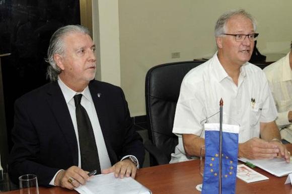 Christian Leffler (D), director ejecutivo para las Américas del Servicio Europeo de Acción Exterior, y Herman Portocarero (I), embajador del Unión Europea en Cuba, durante la quinta ronda de negociaciones, para avanzar en la búsqueda de un Acuerdo de Diálogo Político y de Cooperación, en la sede del Ministerio de Relaciones Exteriores (MINREX), en La Habana, el 9 de septiembre de 2015. AIN FOTO/ Roberto MOREJÓN RODRÍGUEZ