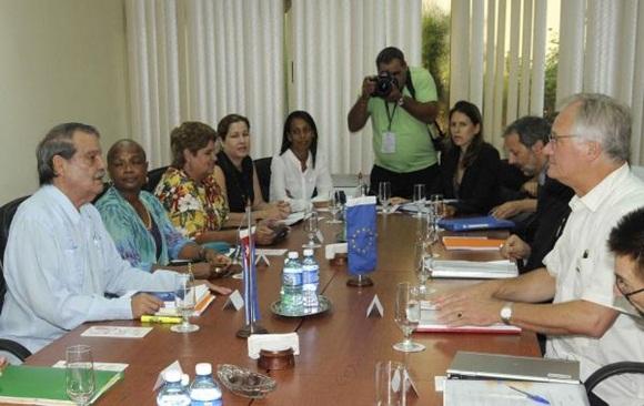 Abelardo Moreno (I), Vicecanciller cubano, y Christian Leffler (D), director ejecutivo para las Américas del Servicio Europeo de Acción Exterior, conversan durante la quinta ronda de negociaciones, para avanzar en la búsqueda de un Acuerdo de Diálogo Político y de Cooperación, en la sede del Ministerio de Relaciones Exteriores (MINREX), en La Habana, el 9 de septiembre de 2015. AIN FOTO/ Roberto MOREJÓN RODRÍGUEZ