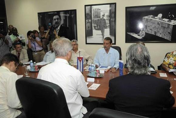 Abelardo Moreno (D de frente), Vicecanciller cubano, y Christian Leffler (D), director ejecutivo para las Américas del Servicio Europeo de Acción Exterior, conversan durante la quinta ronda de negociaciones, para avanzar en la búsqueda de un Acuerdo de Diálogo Político y de Cooperación, en la sede del Ministerio de Relaciones Exteriores (MINREX), en La Habana, el 9 de septiembre de 2015. AIN FOTO/ Roberto MOREJÓN RODRÍGUEZ
