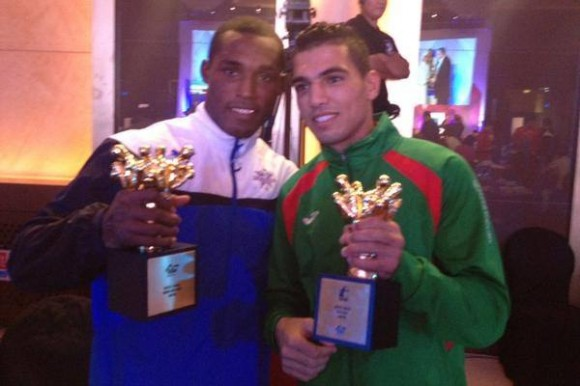 Julio César La Cruz, a la izquierda, muestra su trofeo. Foto: AIBA