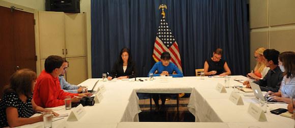 Encuentro de la Secretaria de Comercio de Estados Unidos, Penny Pritzker con representante del sistema de medios públicos de la Isla, en la Embajada de los Estados Unidos en La Habana. Foto: US Embassy Havana, en Flickr