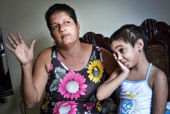 La pequeña Noemí Bernárdez junto a su abuela, también operada de cáncer. Foto: AFP.