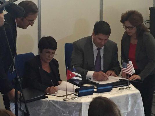 El CEO de Sprint, Marcelo Claure, derecha, y Vivian Iglesias, directora de Servicios Internacionales  de ETECSA, firmaron el acuerdo esta mañana. Foto: Alan Gomez, USA TODAY.