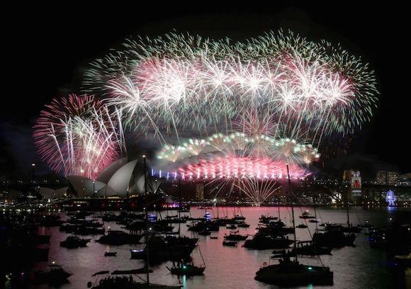 Fuegos artificiales en la Ópera de Sídney para celebrar el Año Nuevo. Foto: AP