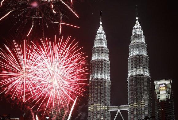 Fuegos artificiales en las torres Petronas en Malasia para celebrar el Año Nuevo. Foto: AP
