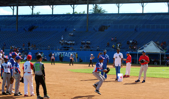 Alexei Ramírez y Rey Vicente Anglada enseñaron a los pequeños en el campocorto.
