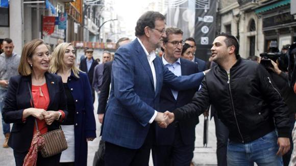 Rajoy, durante su paseo por Vigo, previo a la agresión en Pontevedra. Foto: EFE
