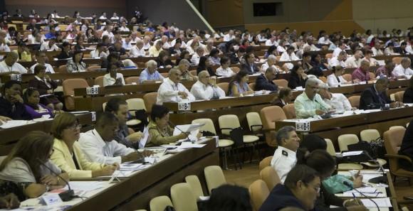 El Presidente cubano Raúl Castro Ruz asiste a la sesión plenaria de la Asamblea Nacional del Poder Popular de Cuba, que sesiona luego de tres intensas jornadas de trabajo por comisiones para abordar importantes problemáticas de la realidad de la isla caribeña. Foto: Ismael Francisco/ Cubadebate