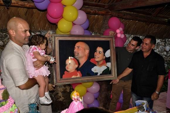 Elian y Juan Miguel le regalan una foto familiar. Foto. Roberto Garaicoa Martínez. CUBADEBATE