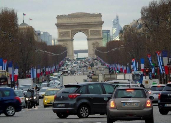Los Campos Elíseos de París están hoy coloreados de banderas cubans y francesas en saludo a la visita de Estado que realiza a ese país el Presidente de Cuba Raúl Castro Ruz, 30 de enero de 2015. Foto: Agencias