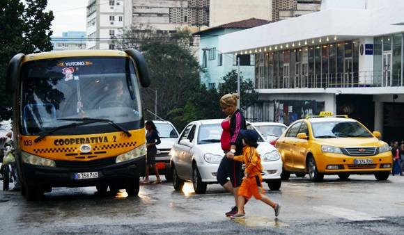 Ni los taxis ruteros ni mucho menos los arrendados por agencias estatales hacen que la demanda de los boteros disminuya.  Foto: José Raúl Concepción/Cubadebate