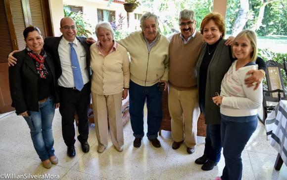 José Pepe Mujica, Lucía Topalonsky, el embajador uruguayo Ariel Bergamo, su esposa y el equipo de la Mesa Redonda, La Habana, 25 de enero de 2016. Foto: William Silveira Mora