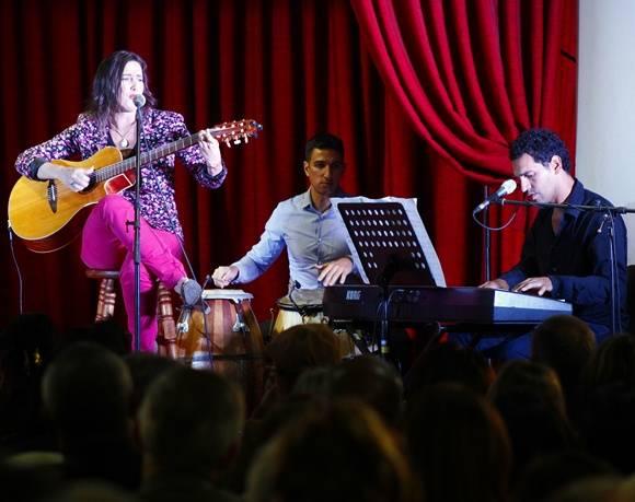 La cantante y compositora uruguaya, Malena Muyala, deleitó a los asistentes con su música. Foto: José Raúl Concepción/Cubadebate.