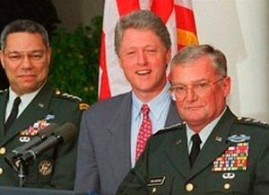 Clinton reunió al general John Shakikashvili para rea-lizar posibles ataques a Cuba con misiles Crucero y bombardeos aéreos. A su derecha, el general Colin Powell.