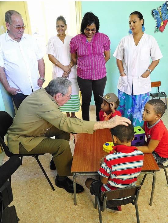 El Presidente cubano compartió con los niños del Círculo Infantil Gloria Cuadras. Foto: Estudio revolución
