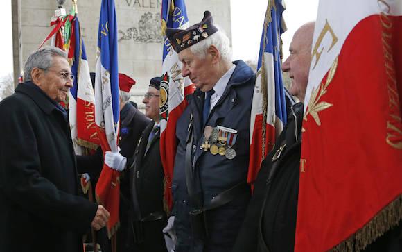 Raúl Castro es recibido en el Arco de Triunfo de París, Francia