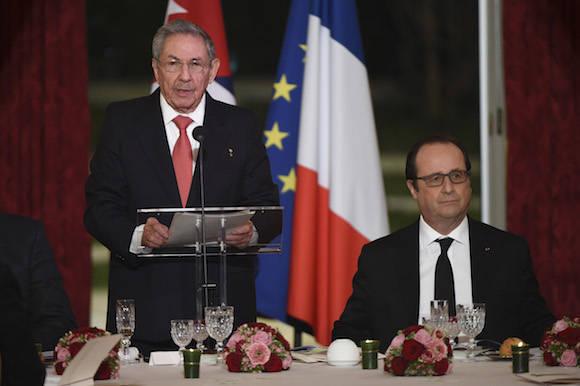 Raúl interviene en la cena ofrecida por el Presidente francés en el Palacio Presidencial. Foto: AP/ Pool