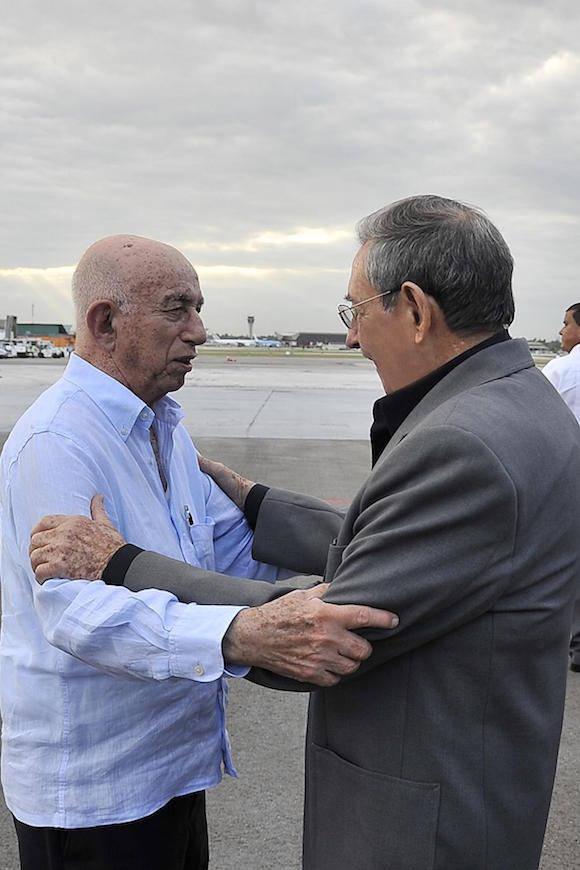 Al arribar al aeropuerto internacional José Martí, fue recibido por José Ramón Machado Ventura, segundo secretario del Comité Central del Partido Comunista de Cuba y vicepresidente de los Consejos de Estado y de Ministros. Foto: Estudios Revolución