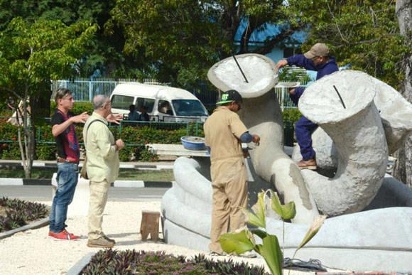 El Maestro Cosme Proenza (segundo de izq. a der.) supervisa los detalles constructivos de El Parque de los Tiempos. Foto: Juan Pablo Carreras/ACN