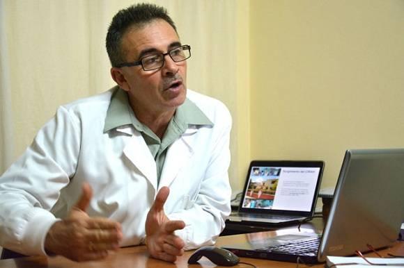 El Doctor Luis Velázquez, director de la Clínica Cubana para la Investigación y Rehabilitación de las Ataxias Hereditarias (CIRAH), en la ciudad de Holguín. Foto: Juan Pablo Carreras/AIN.