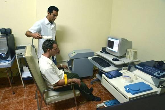 Estudios a pacientes en la Clínica Cubana para la Investigación y Rehabilitación de las Ataxias Hereditarias (CIRAH), en la ciudad de Holguín, Cuba. Foto: Juan Pablo Carreras/AIN.