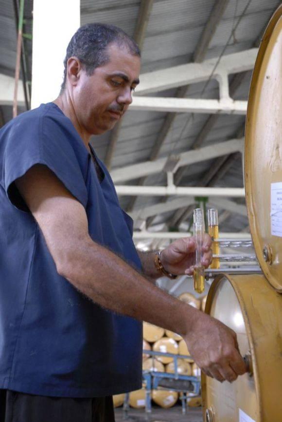 Delso Viciedo, especialista comercial de la Planta de Beneficio de la Miel en Sancti Spíritus, verifica la calidad del producto. Foto: Montos.