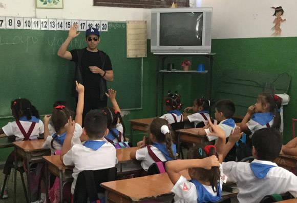 """""""¿Puede alguien pronunciar mi nombre?"""", le dice Jhon Lloyd Young a los estudiantes. Foto: Embajada de los EE.UU. en Cuba/ Cubadebate."""