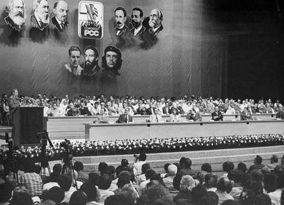 Fidel Castro en la clausura del Tercer Congreso del Partido. Foto: Jorge Oller.