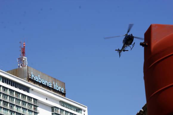 """El helicóptero de la superproducción de Hollywood, """"Rápido y Furioso"""" vuela cerca del Hotel Habana Libre en el Vedado. Foto: José Raúl Concepción/ Cubadebate."""