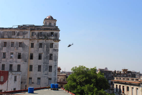 """Helicóptero de """"Rápido y Furioso"""" sobrevuela La Habana. Foto: José Raúl Concepción/ Cubadebate."""