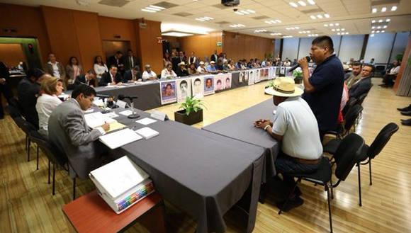 Reunión de la PGR y los padres de los normalistas. Foto: Tomada de Tele Sur.