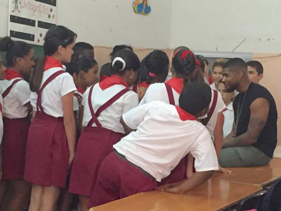 Usher conversa con los niños. Foto: Embajada de los EE.UU. en Cuba/ Cubadebate.