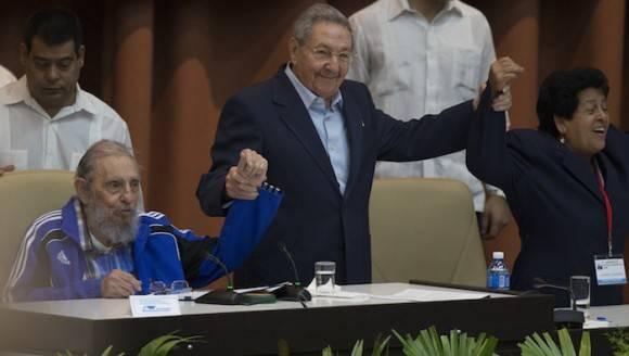 """Raúl y Fidel cantan """"La Internacional"""" en la Clausura del VII Congreso del PCC. Foto: Ismael Francisco/Cubadebate"""
