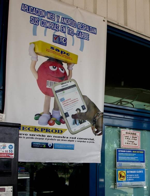 La nueva aplicación es anunciada en las afueras de la tienda de 3ra y 70 en la capital. Foto: Ismael Francisco / Cubadebate.