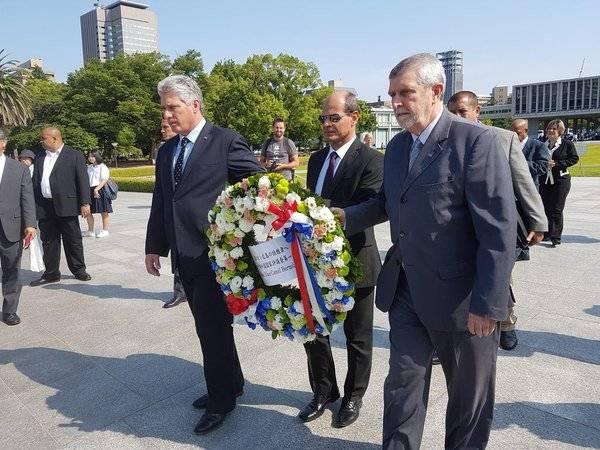 El Primer Vicepresidente Miguel Díaz-Canel, el Vicecanciller Rogelio Sierra (C) y el Embajador cubano en Japón, Marcos Rodríguez Costa (D), depositan una ofrenda floral en honor a las víctimas. Foto: @RogelioSierraD/ Twitter