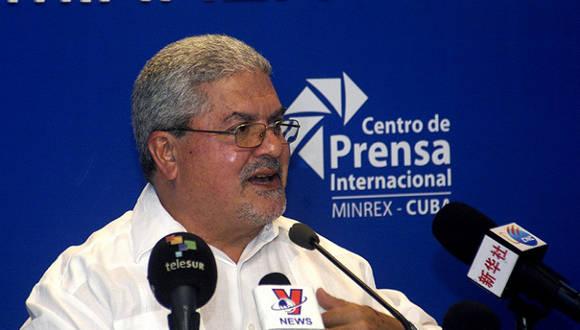 Manuel Aguilera de la Paz, director general de la Dirección de América Latina y el Caribe de la Cancillería cubana, durante conferencia de prensa en La Habana, a pocos días de la VII Cumbre de la Asociación de Estados del Caribe. Foto: Radio Rebelde.