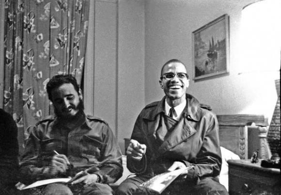 idel Castro sonríe en compañía de Malcom X, activista estadounidense y defensor de los derechos de los afroamericanos, Hotel Theresa, Nueva York, 1960 (tenía 34 años). Foto: Reuters.