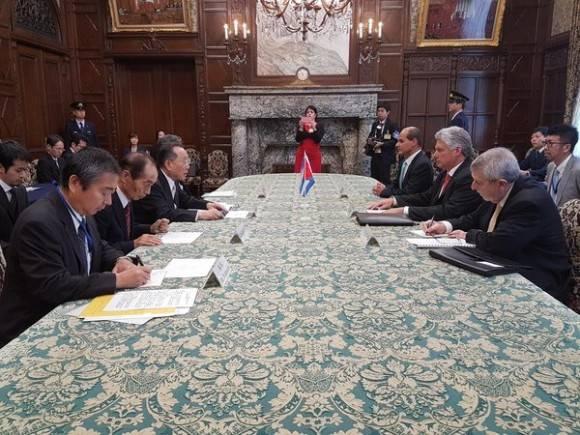 Presidente de la Cámara Alta de Japón Masaaki Yamazakk, recibe al Primer Vicepresidente de cuba Díaz-Canel. Foto: Cuenta en Twitter de Rogelio Sierra, Viceministro del MINREX