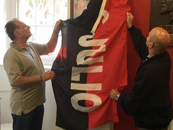 Una bandera del 26 de julio cubría la imagen y la tarja. Foto: Cuba Solidarity Campaing/ Facebook.