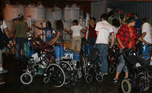 Pastores por la Paz descargando medicinas y equipos médicos en una de sus caravanas por Cuba. Foto: IFCO/ Pastores por la paz