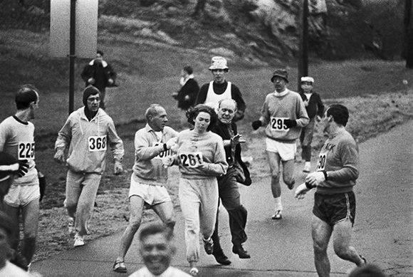Organizadores de la carrera intentando impedir a Kathrine Switzer competir en la Maratón de Boston. Ella consiguió ser la primera mujer en terminar la carrera, 1967.