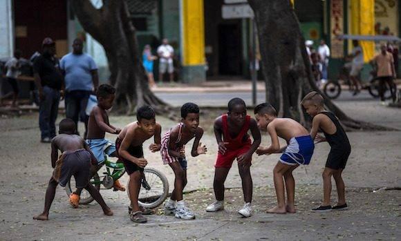 Niños imitan a Mijaín en un parque de La Habana. Foto: Ramon Espinosa/ AP